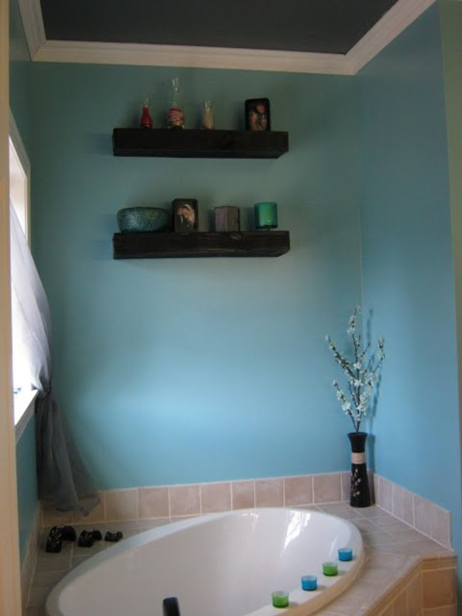 Floating pallet shelves are ideal for housing small items above a toilet or bathtub.