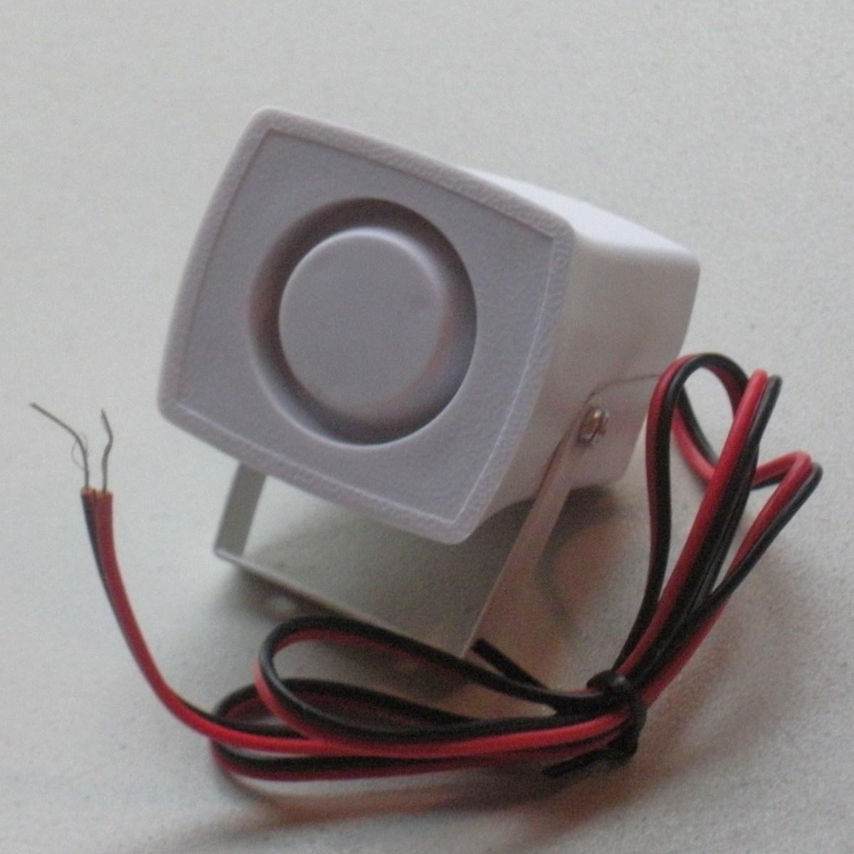Динамик подключается к панели управления двумя проводами.