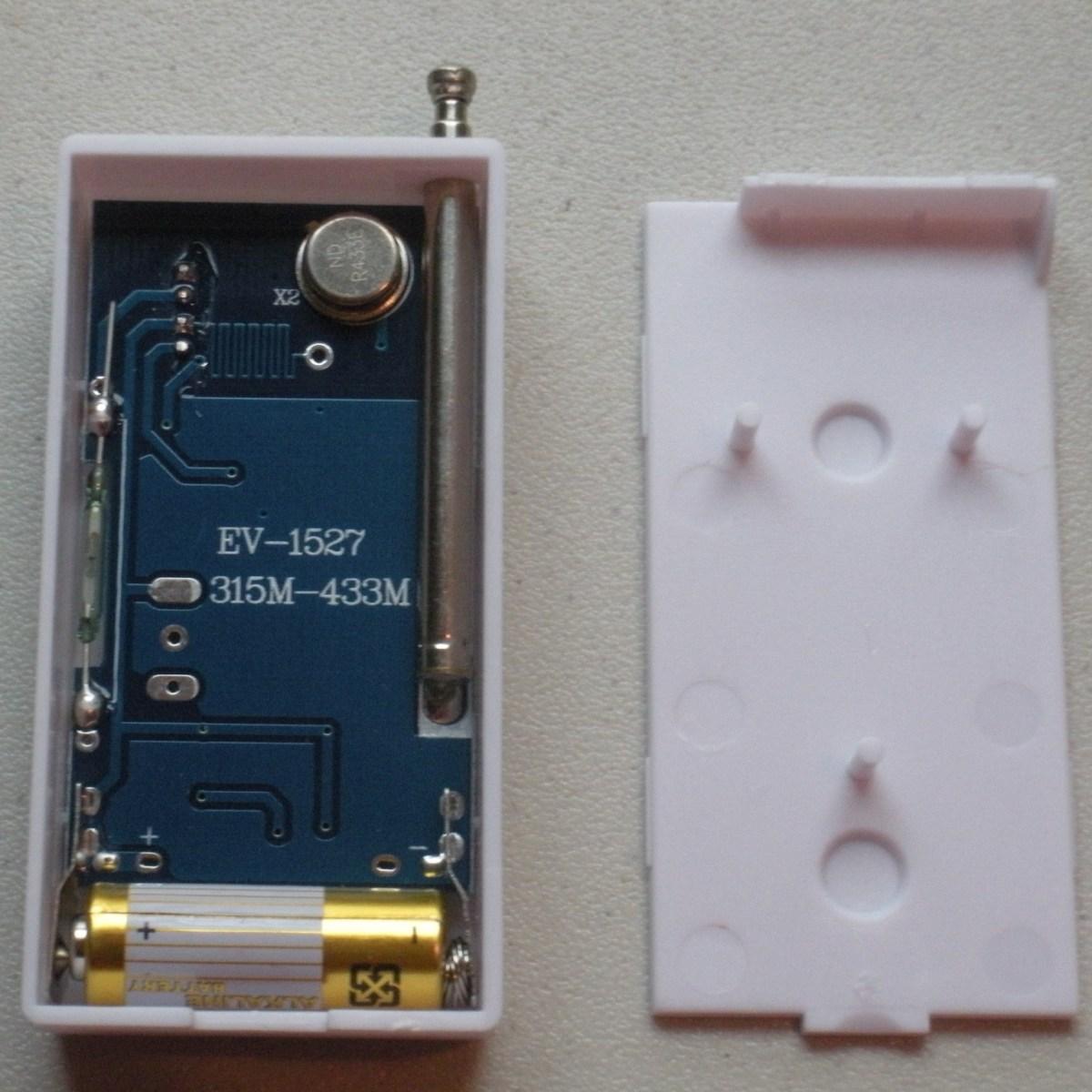 PIRs должны поставляться с установленными батареями, потому что у них есть переключатель включения/выключения. Но вам нужно будет поместить батареи в ваши датчики входа.
