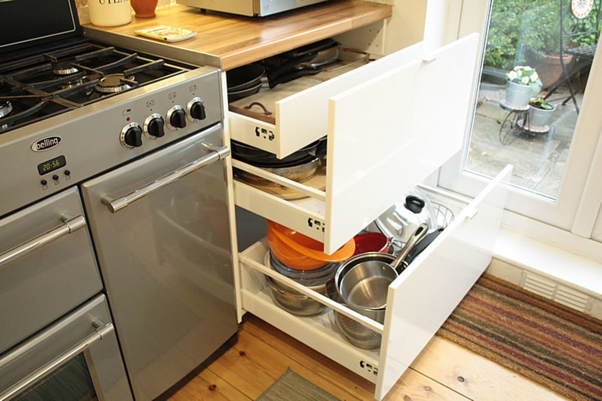 Floor unit next to the cooker storage space