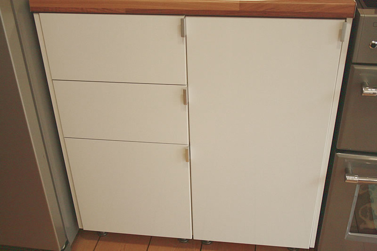 Floor units next to the cooker