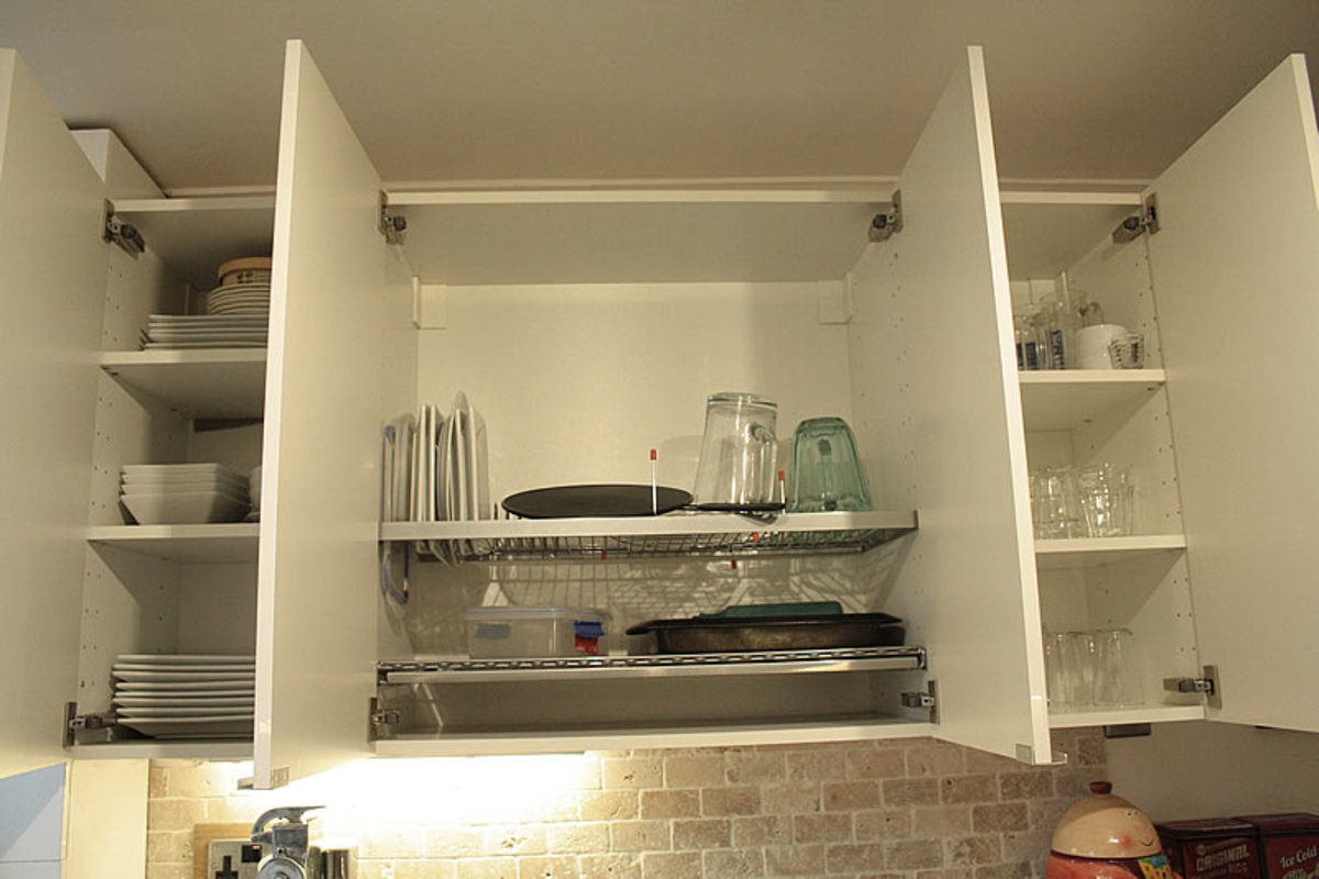 Wall unit storing crockery