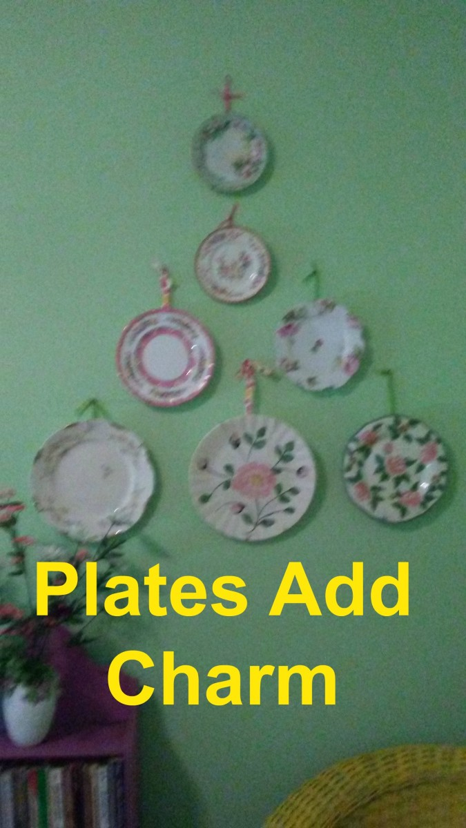Hanging plates Is an easy and inexpensive way to personalize your home in Cottage Style. Group plates according to color to create a peaceful, cohesive vibe.