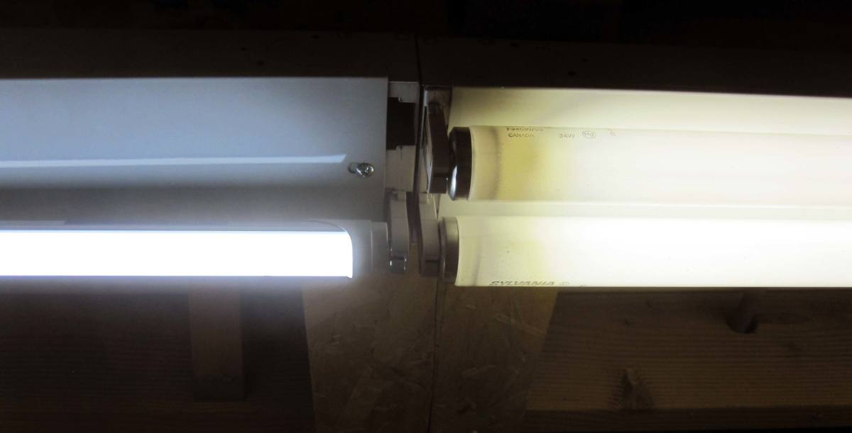 Here you see my single installed LED tube light, on the left, and on the right, two T8 fluorescent tube lights. Even just one LED tube light is comparable in brightness to two fluorescent tube lights.