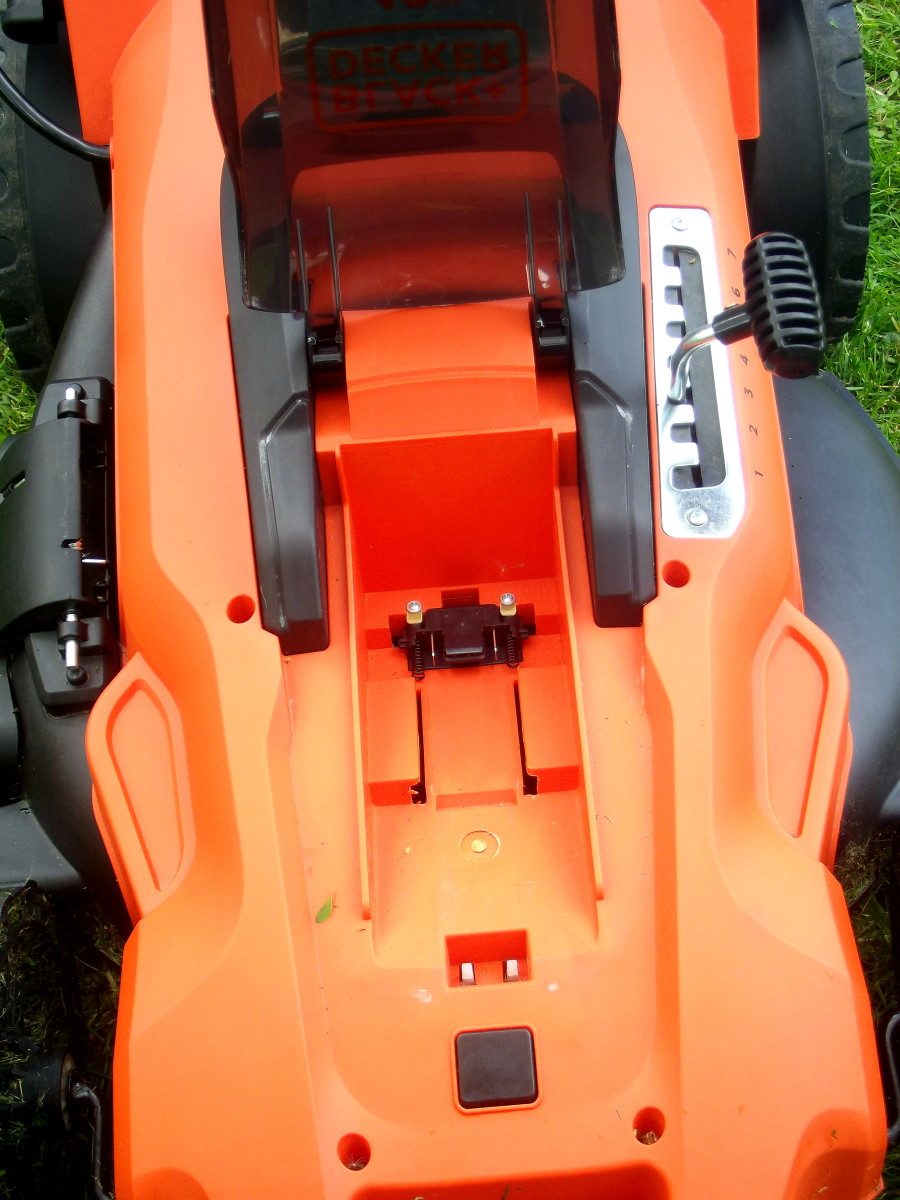 Black & Decker CM2043C battery placement