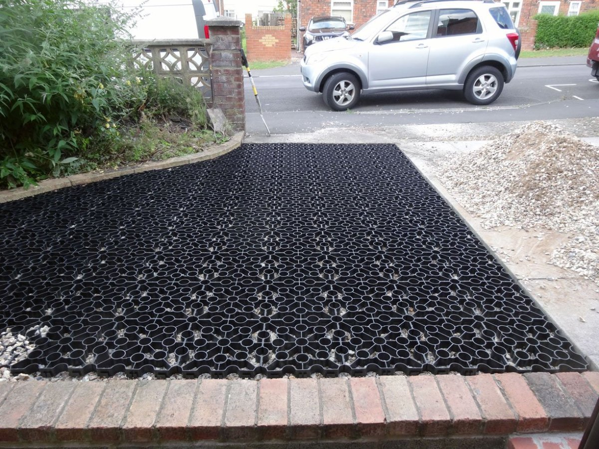 How to Lay Plastic Grids for Gravel Driveways
