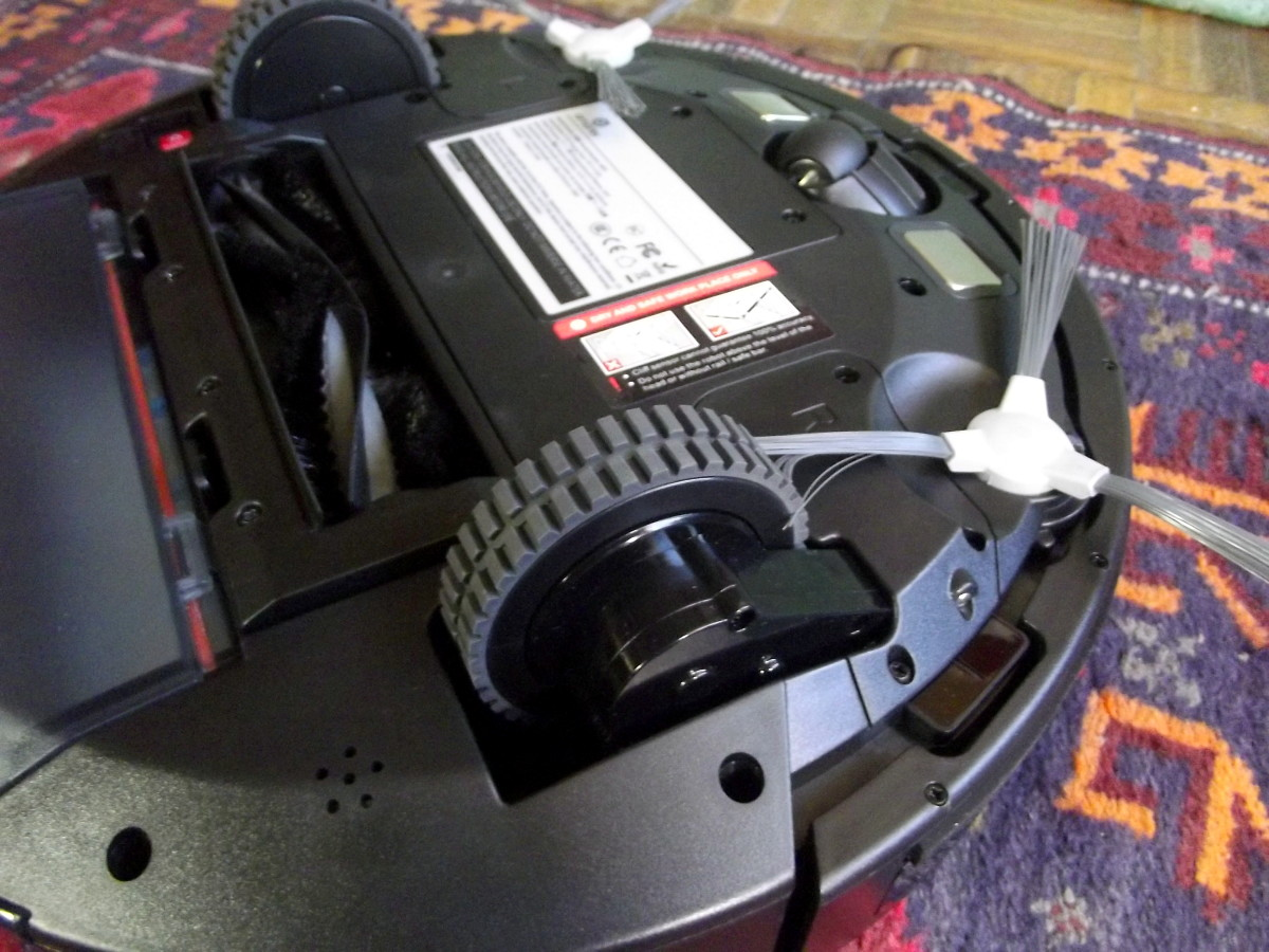 Spring loaded wheels of Amarey A800 Robotic Vacuum Cleaner