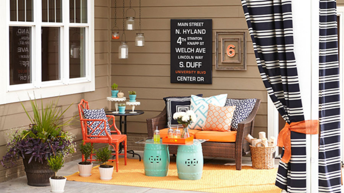 This small outdoor area is balanced with just the right furniture and decoration proportions.