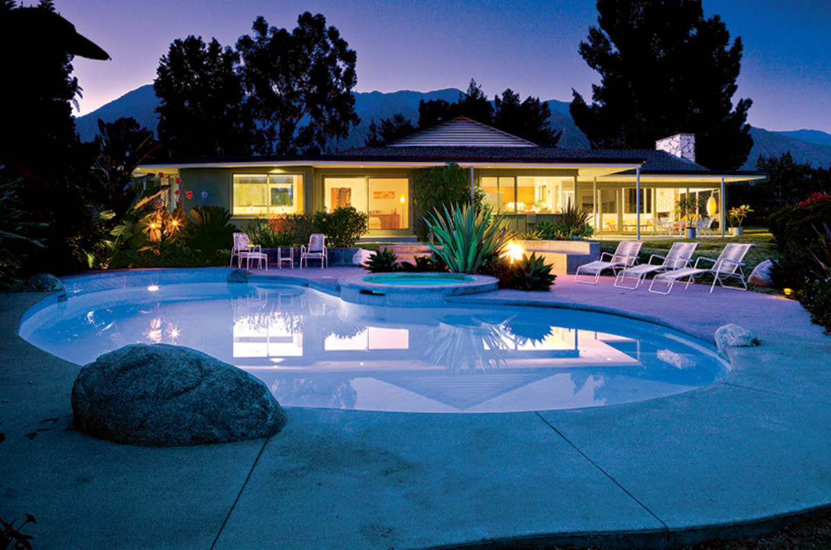Kidney-shaped pools pays tribute to mid-century modern homes.