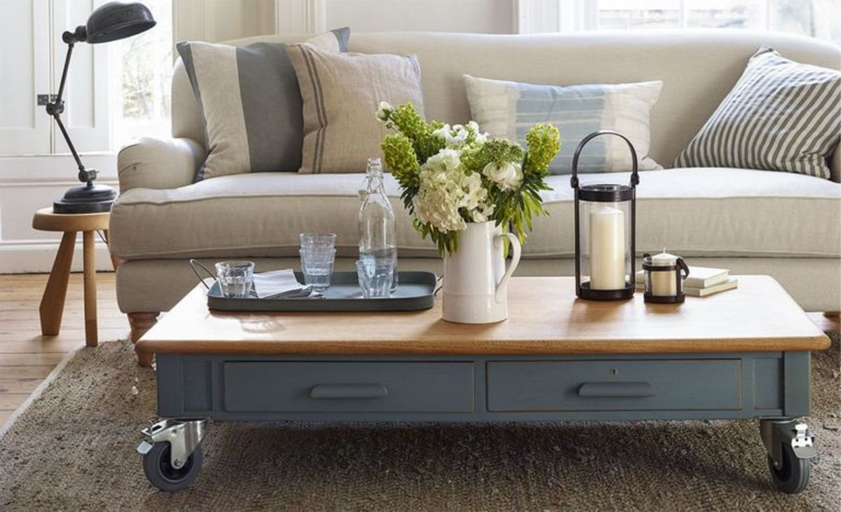 This is a wonderful idea to upcycle a desk that turns into a coffee table.