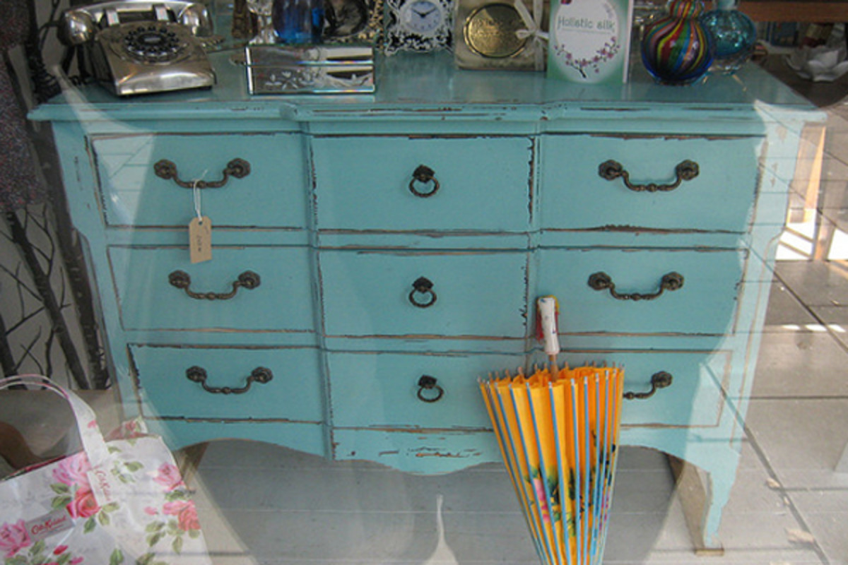 This article will show you a handful of ways to recycle old furniture through painting.