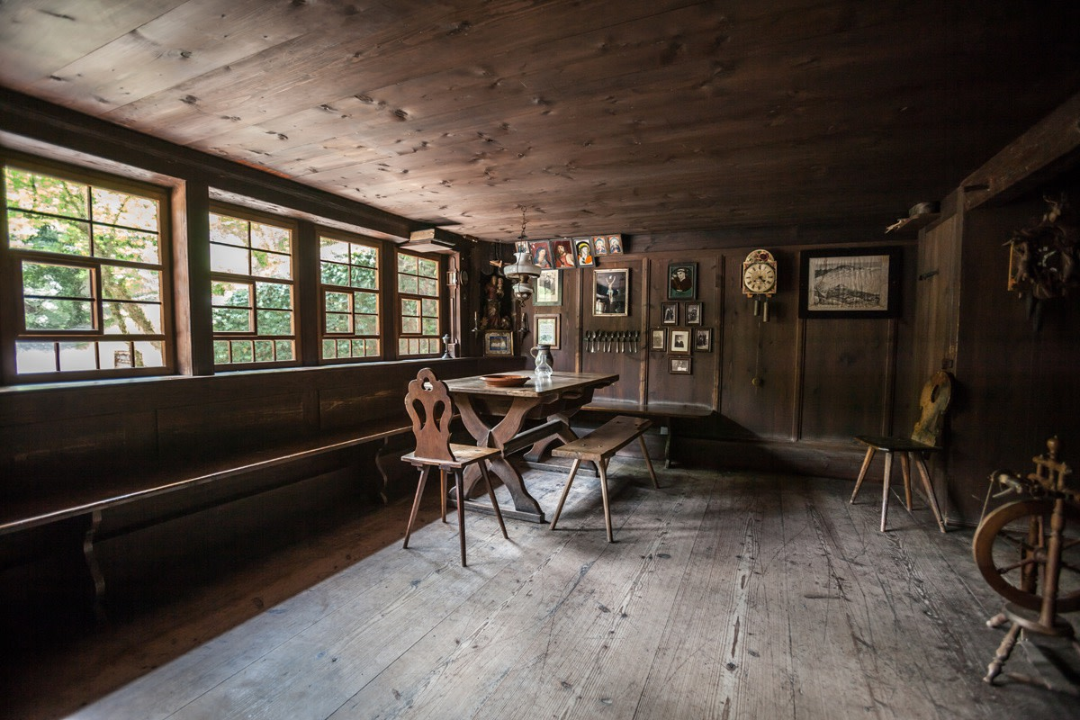 The roots of this style can be found in the interiors of the houses in the Black Forest Open Air Museum as well.