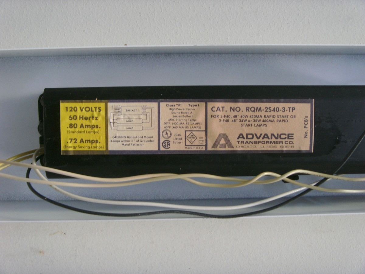 An older magnetic ballast in use.