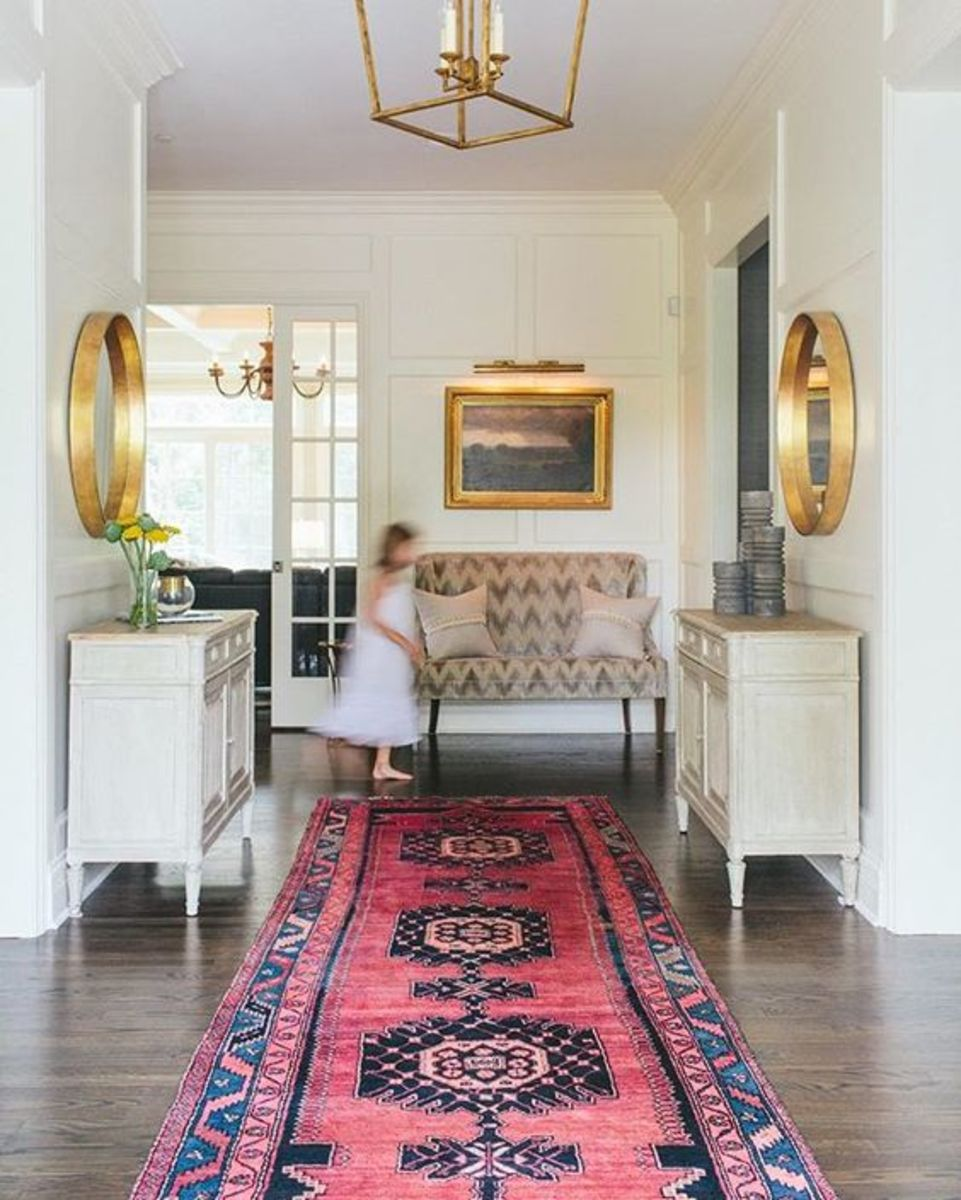 A lively runner attracts guests and visually directs them into the house.