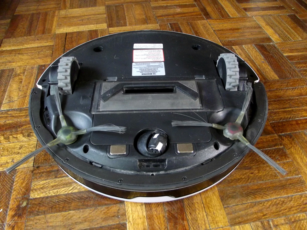 Ecovacs Deebot M88 equipped with tangle-free extractor