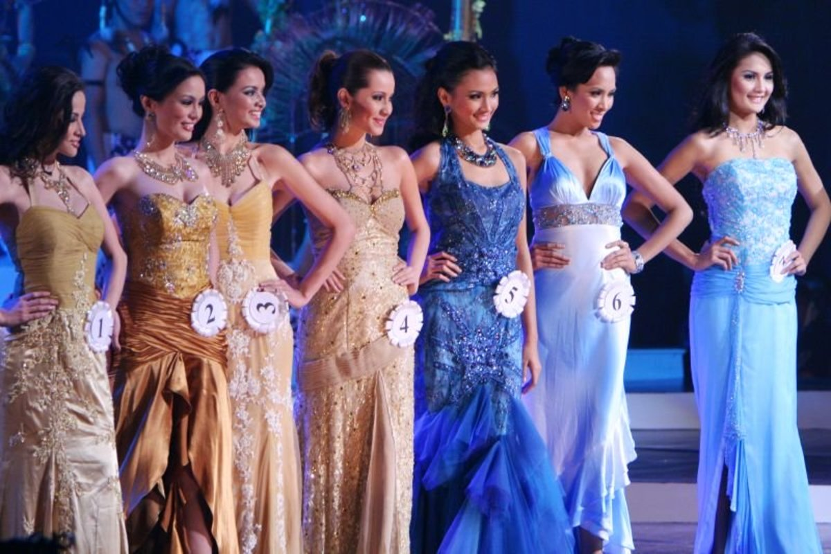 Binibining Pilipinas 2008 contestants in their evening gowns.