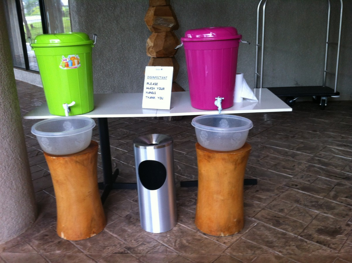 Handwashing station at the Radisson Blu hotel in Freetown.  CDC Global / CC BY (https://creativecommons.org/licenses/by/2.0)