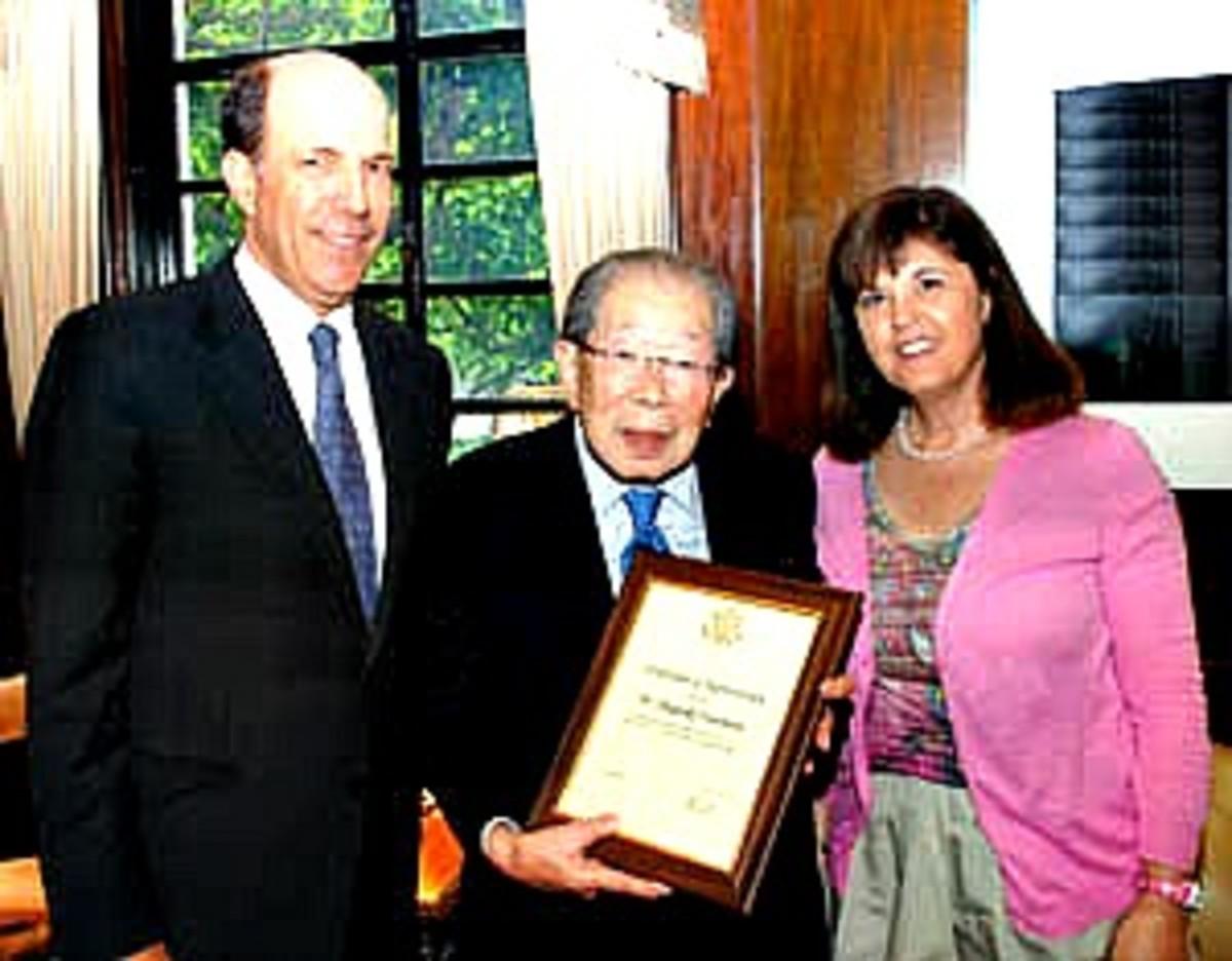 Ambassador John Roos, U.S. ambassador to Japan, recognizes Dr. Hinohara's contributions to U.S.-Japan friendship.