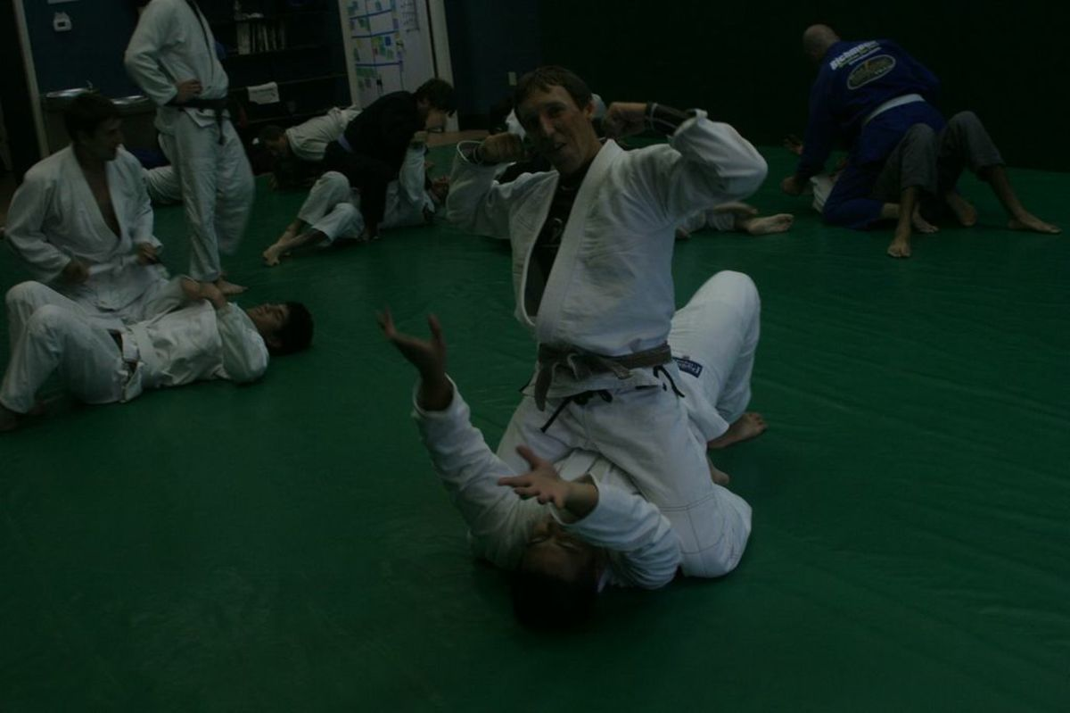 How to Escape the Mount by Catching the Foot: a Basic BJJ Tutorial