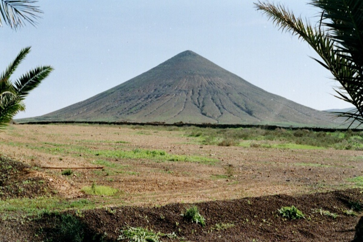A Volcano where you can still see ancient lava flows