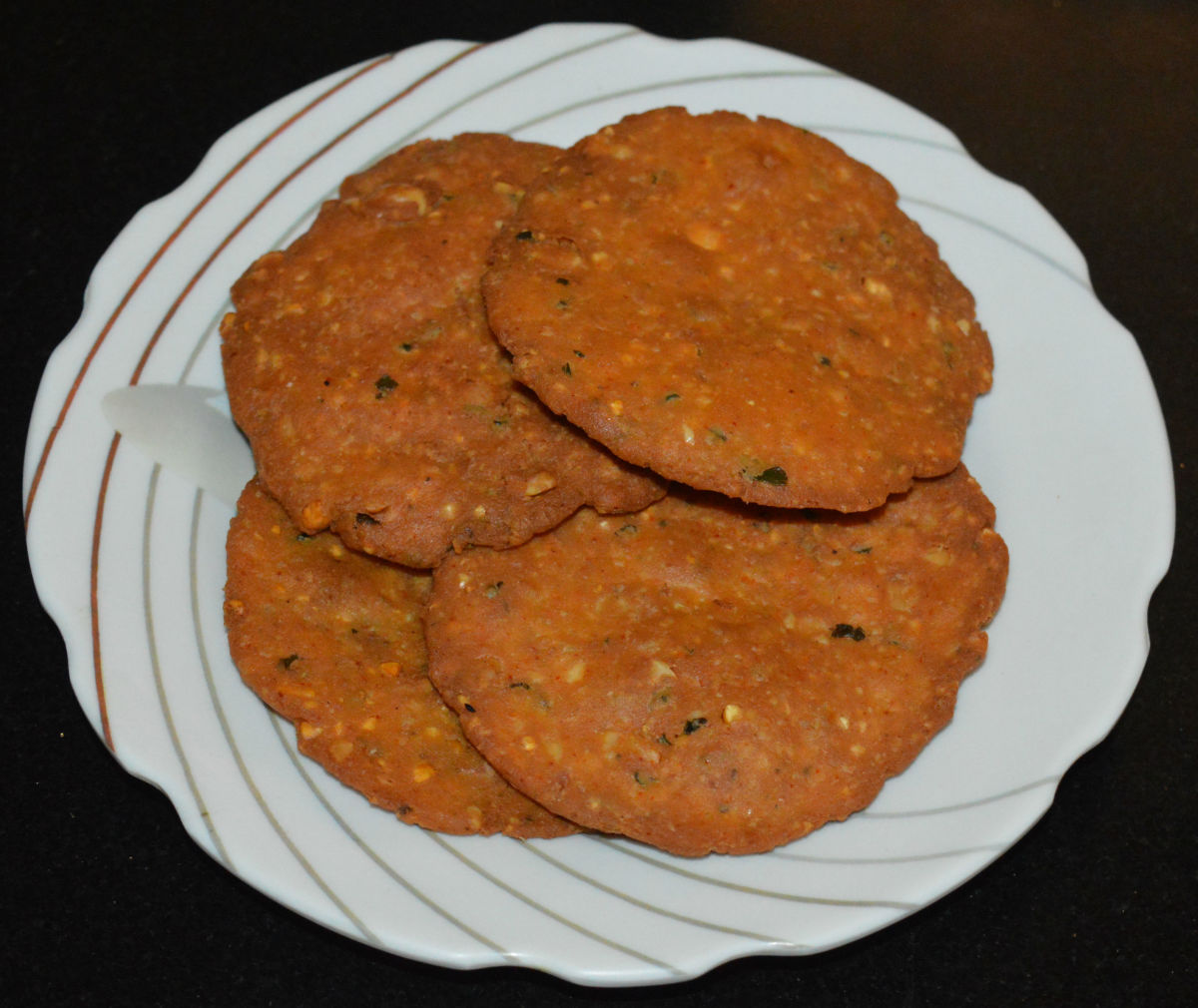 Nippattu (deep-fried spicy rice crackers).