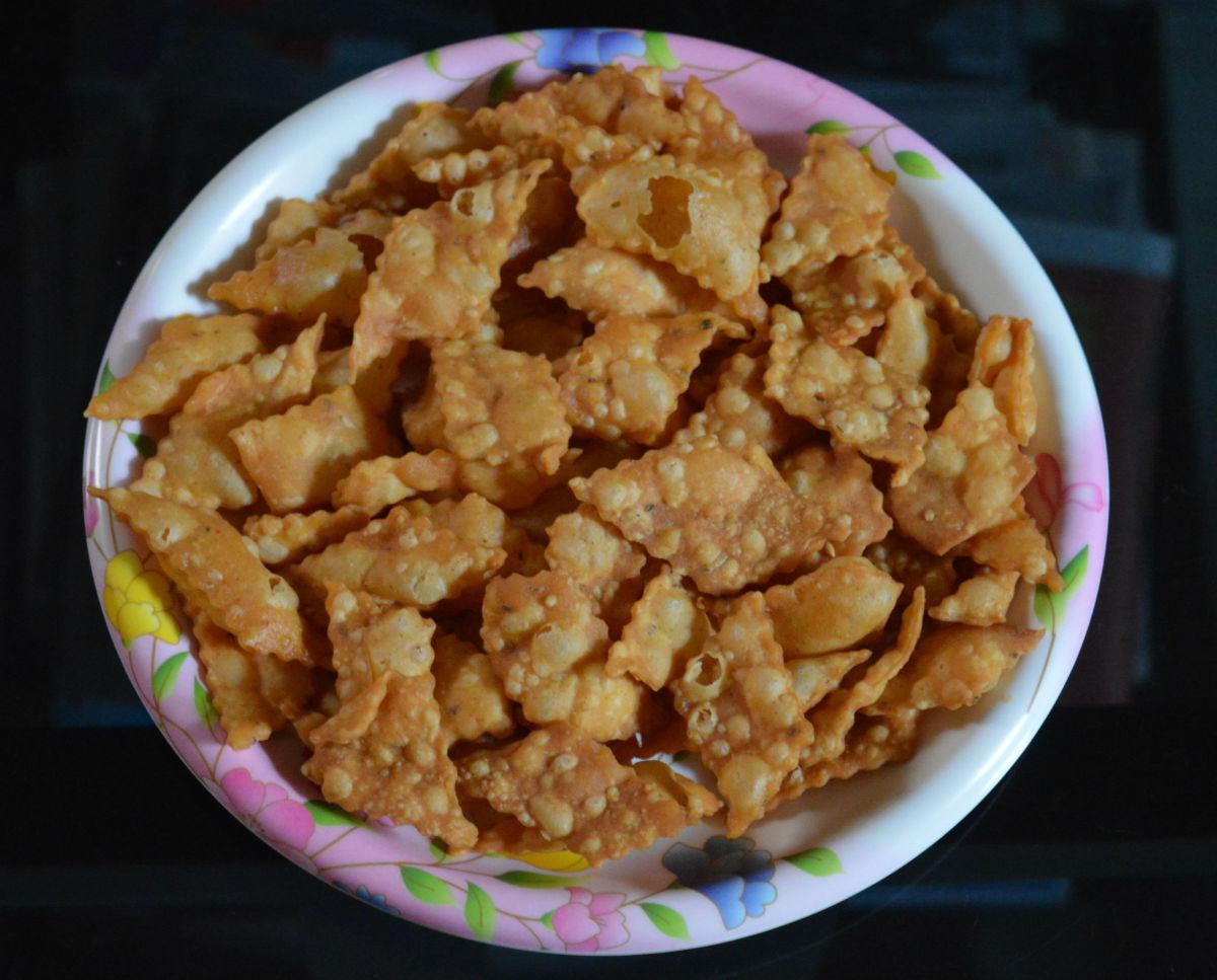 Spicy diamond cuts (khara shankarpali)