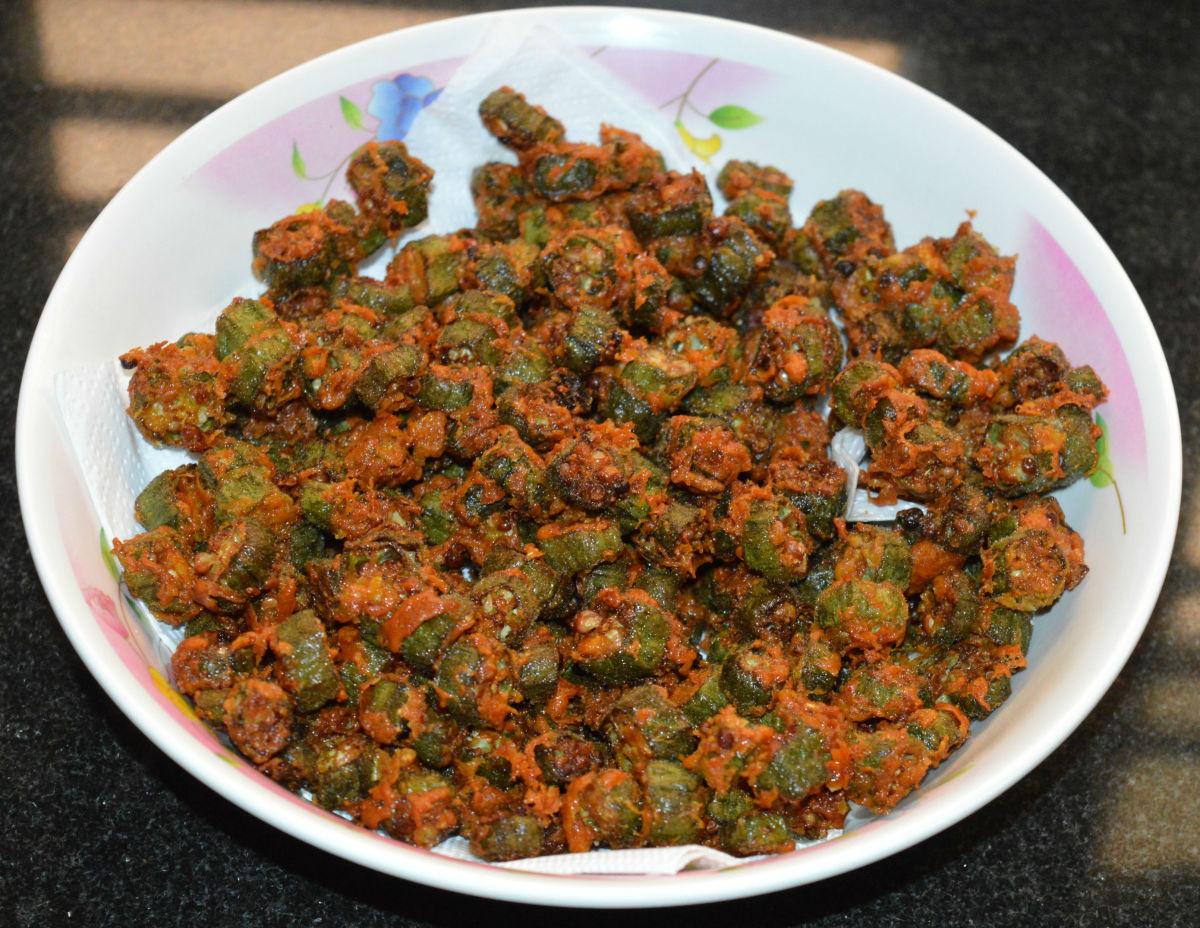 A plate of crispy okra pakoras.