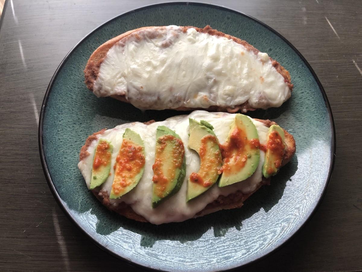 Mexican-style mollete con queso