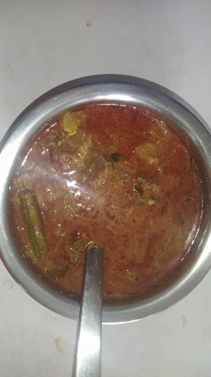 Spicy lamb curry with vegetables (kari kuzhambu)