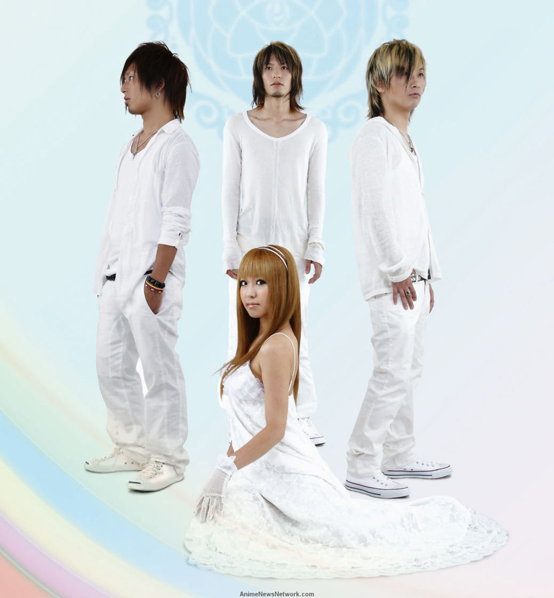 A band photo of Dazzle Vision. Vocalist Maiko Nagasaki is at the center.