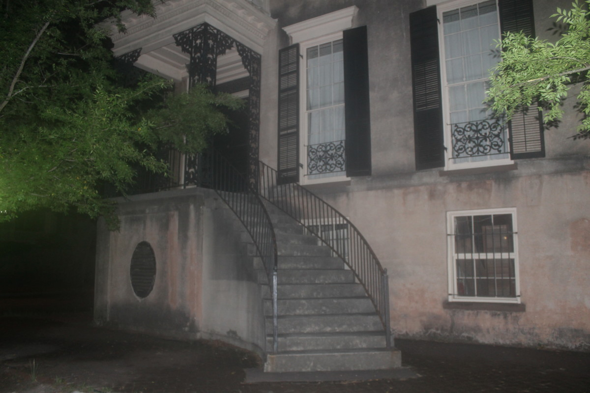 432 Abercorn Street: The Legend, the Facts, and the Fiction of the Most Haunted House in Savannah