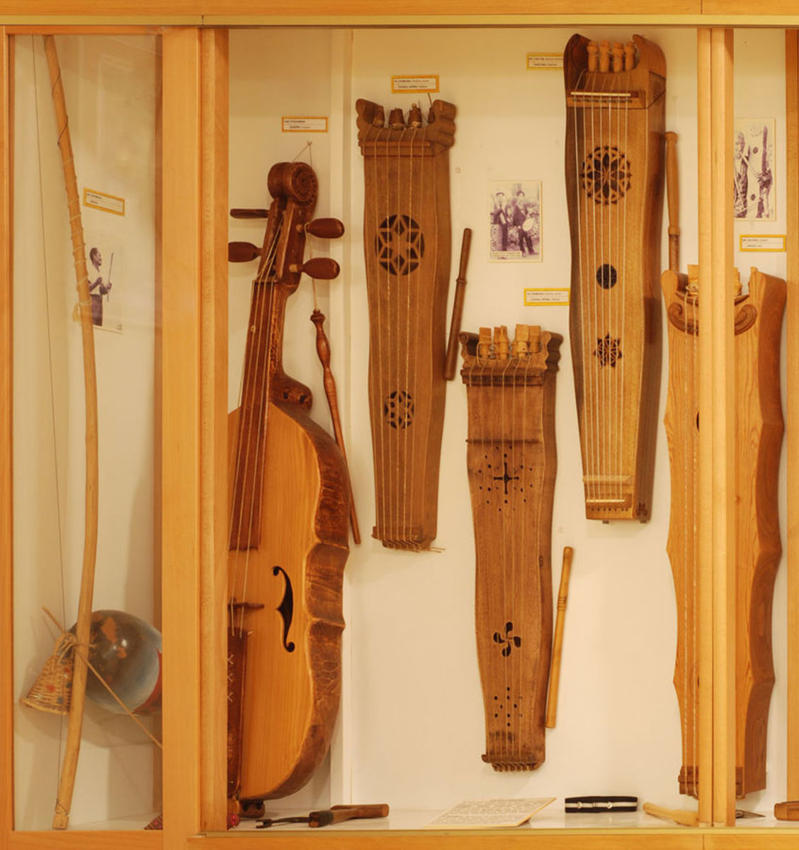 Stringed percussion instruments