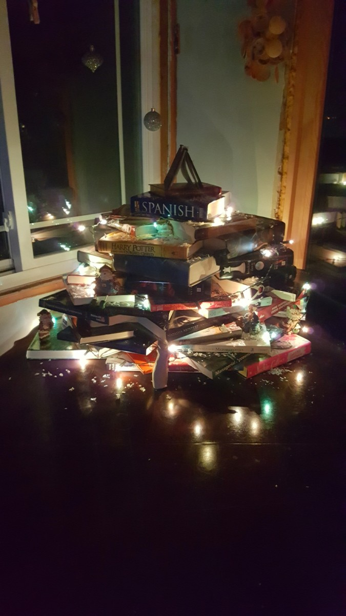 Quick and Easy DIY College Book Christmas Tree
