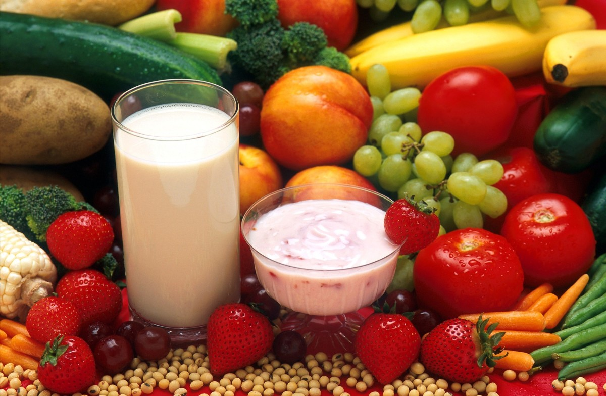 Foods that help avoid muscle cramps include bananas, tomatoes, beans, strawberries, milk and yogurt.
