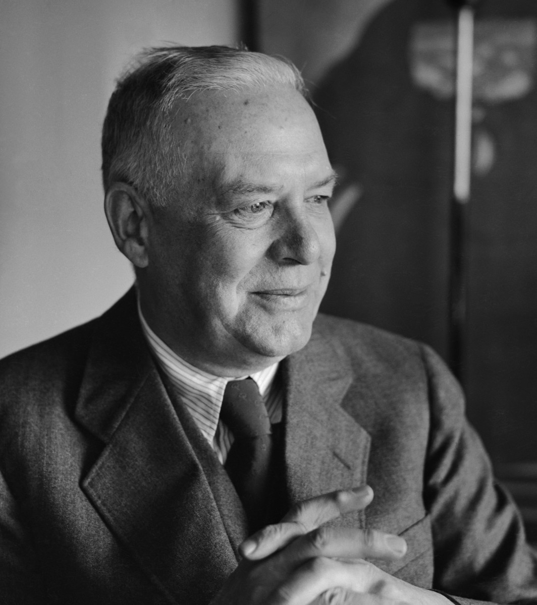 "Analysis of Poem ""Anecdote of the Jar"" by Wallace Stevens"
