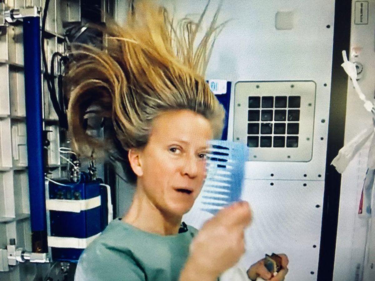 Astronaut Karen Nyberg combing hair on the ISS.