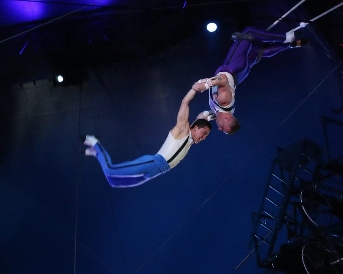 Ammed Tuniziani flies to his catcher, Adriano de Quadra; Big Apple Circus
