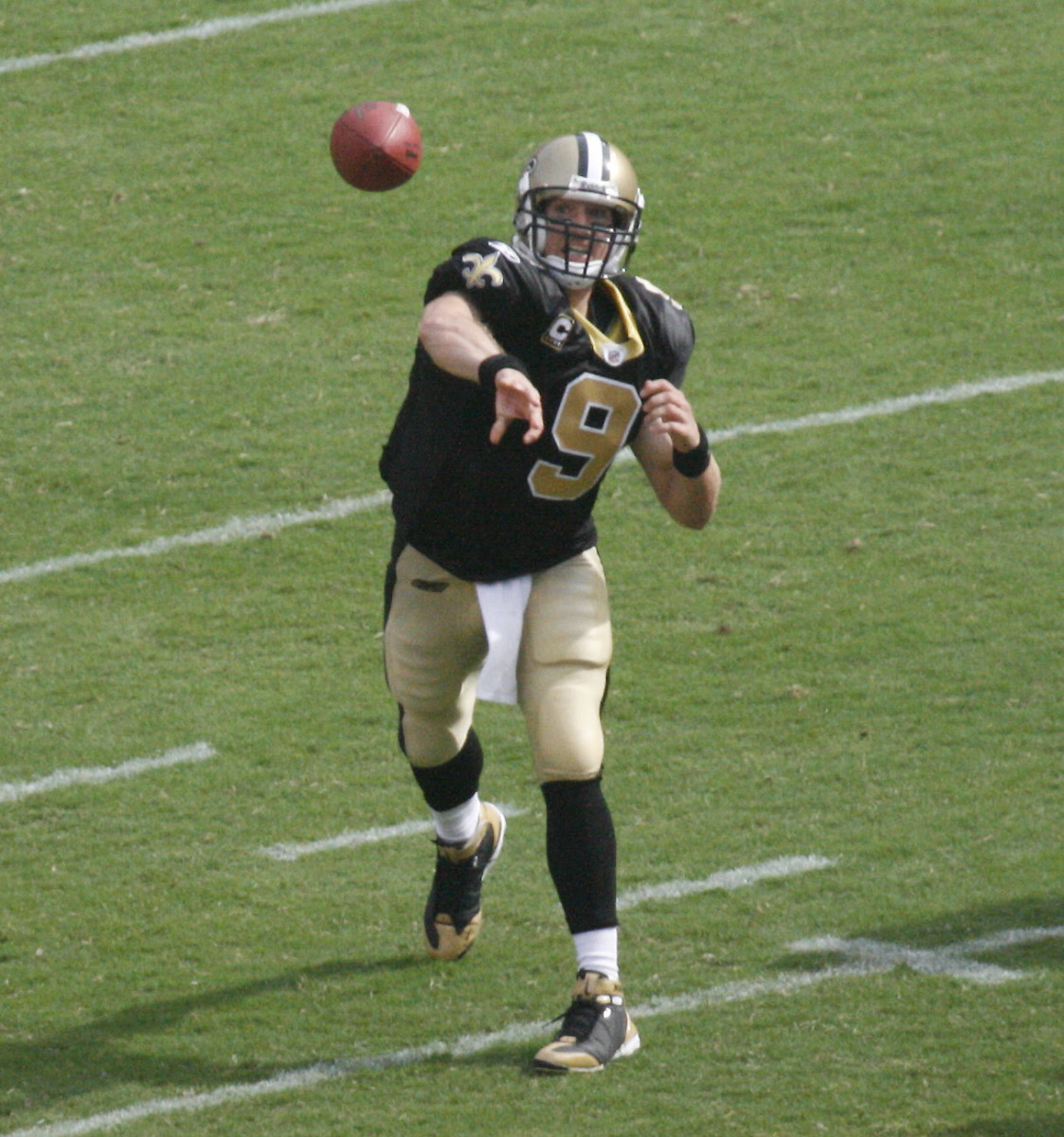 Brees, pictured here in 2008, has impressively large hands