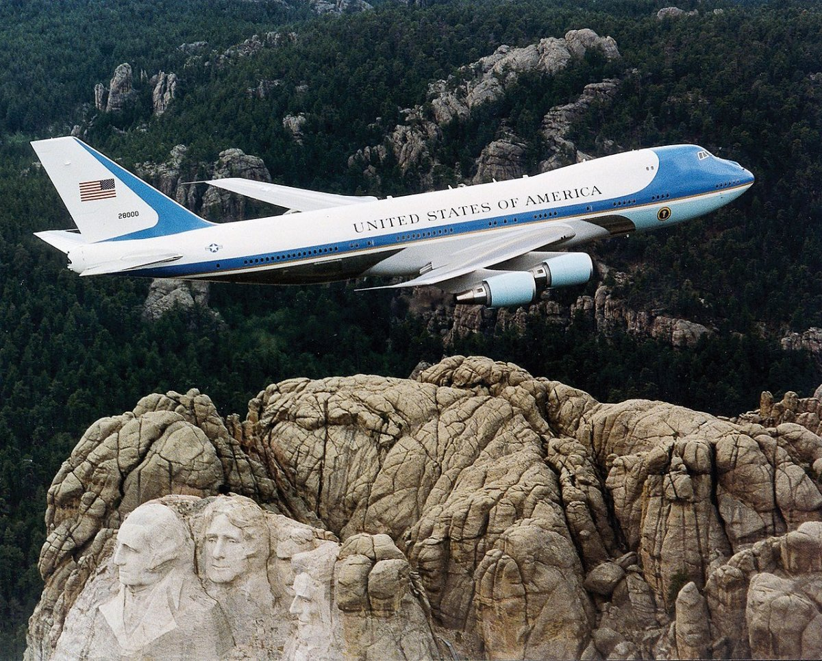 A Presidential VC-25A flying over Mt. Rushmore.
