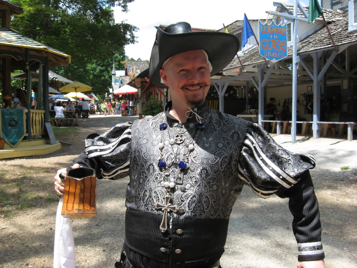 Renaissance costumes for men include pirate outfits.