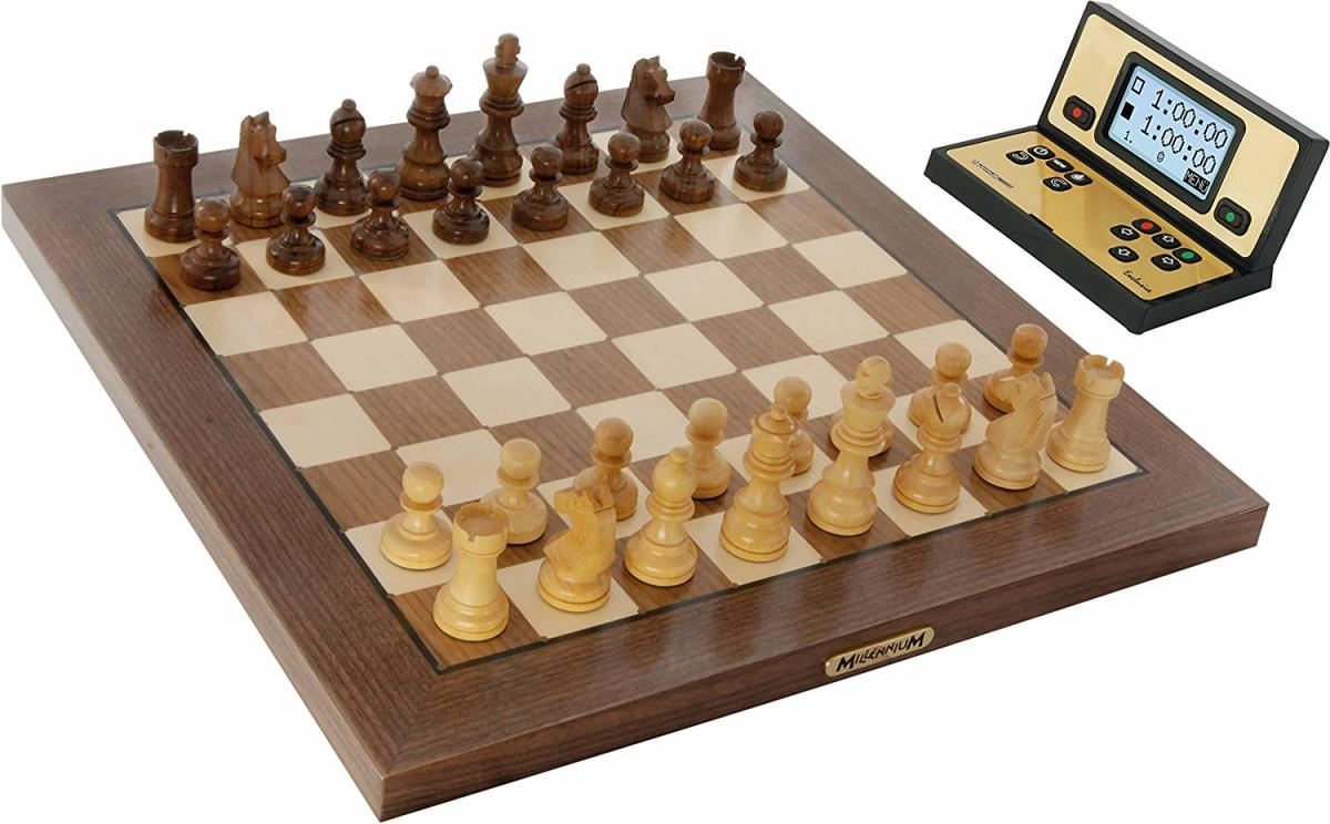 Chess Genius Exclusive comes in two different parts, the module & chess board.