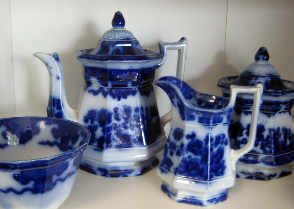 The blurred, indistinct edges of the pattern illustrate the pretty effect of flow blue