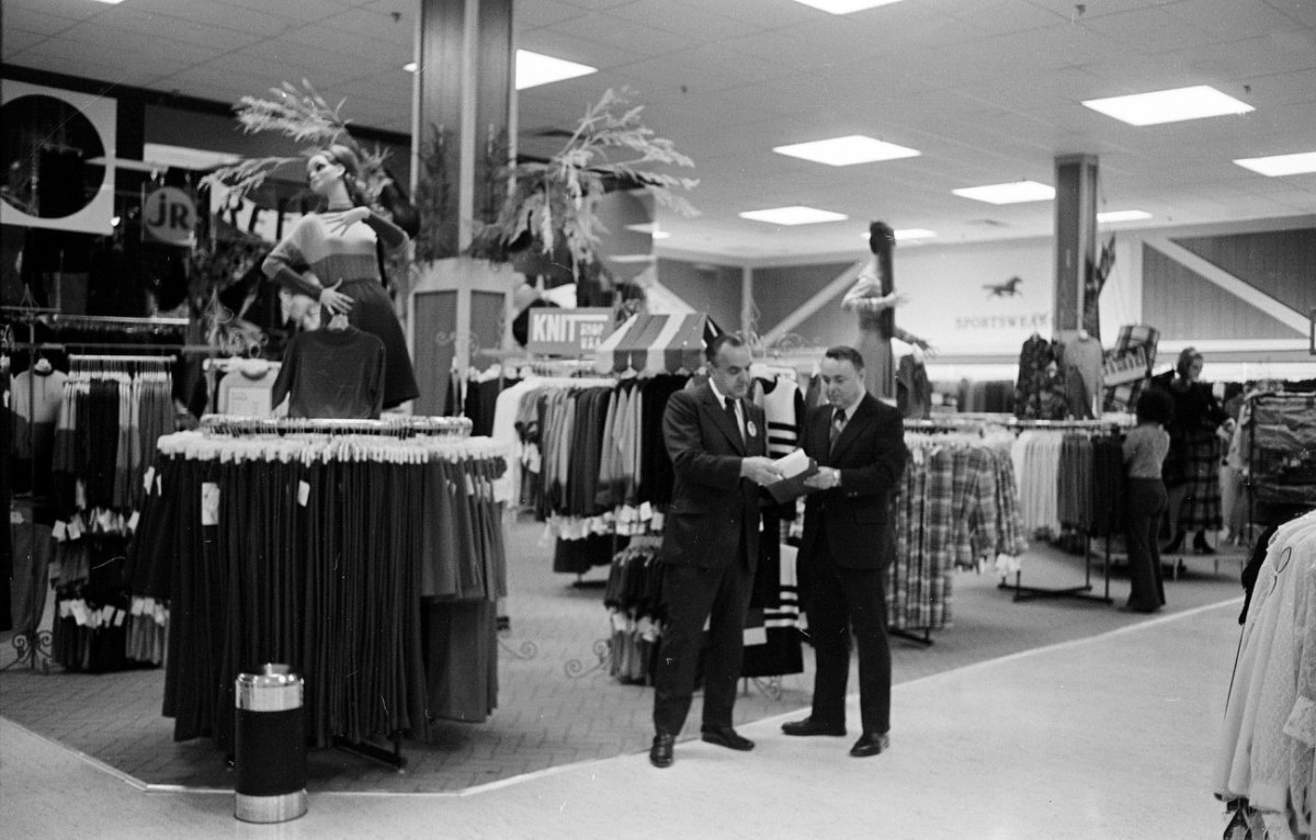 In 2000, American retailer Montgomery Ward announced that it was closing its 250 stores.