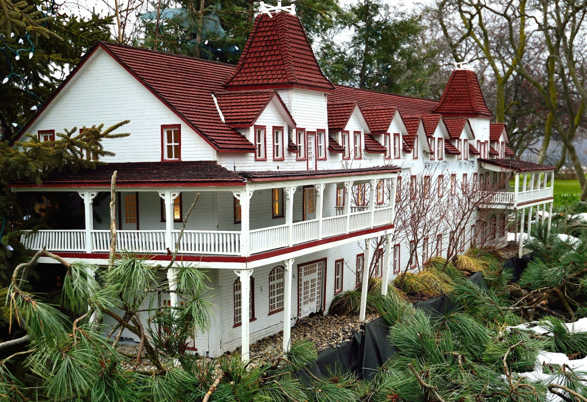 Model of a large inn.