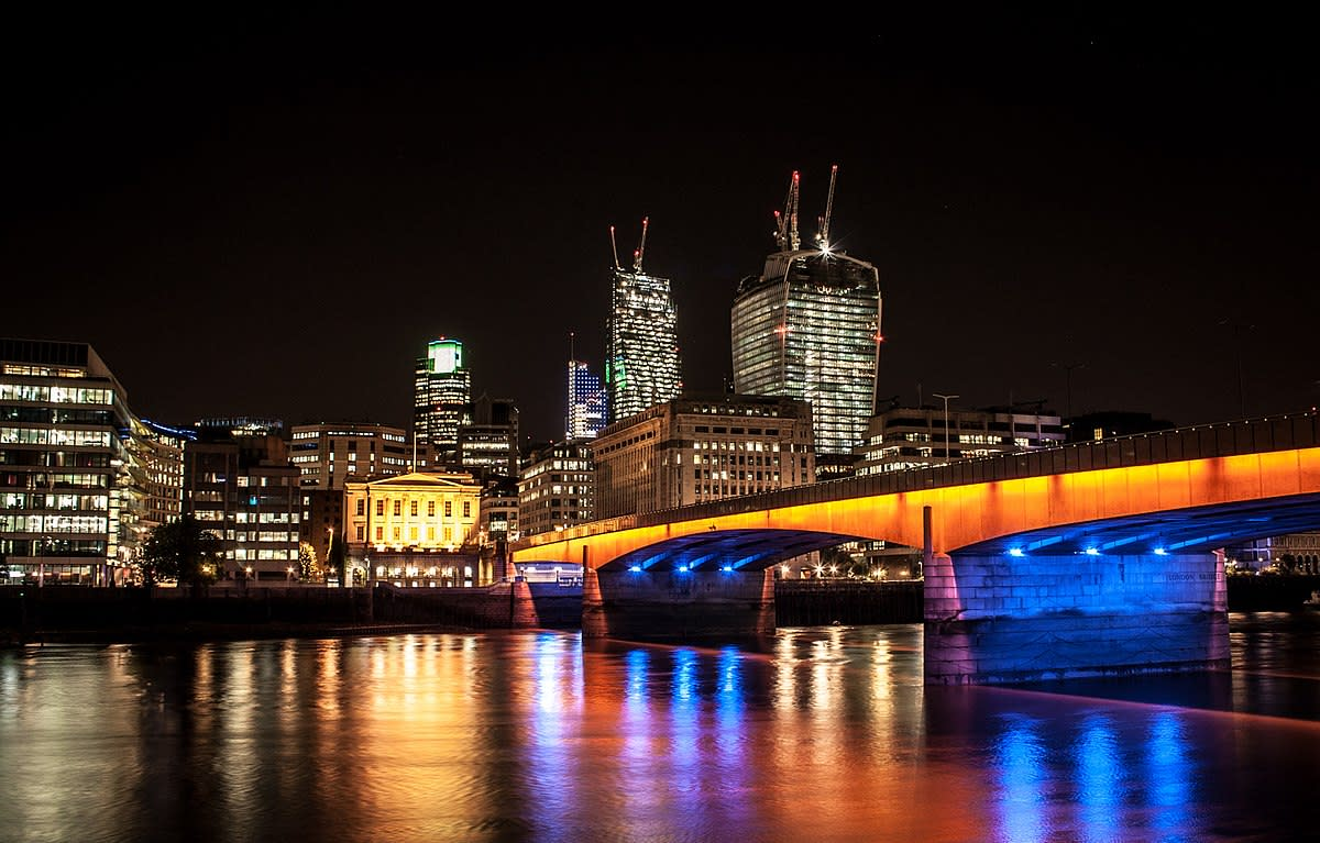 At night, London Bridge takes on an aire of its own