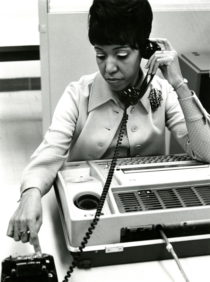 A researcher establishes a connection to a mainframe computer in 1986 to gain access to the National Library of Medicine's online databases.