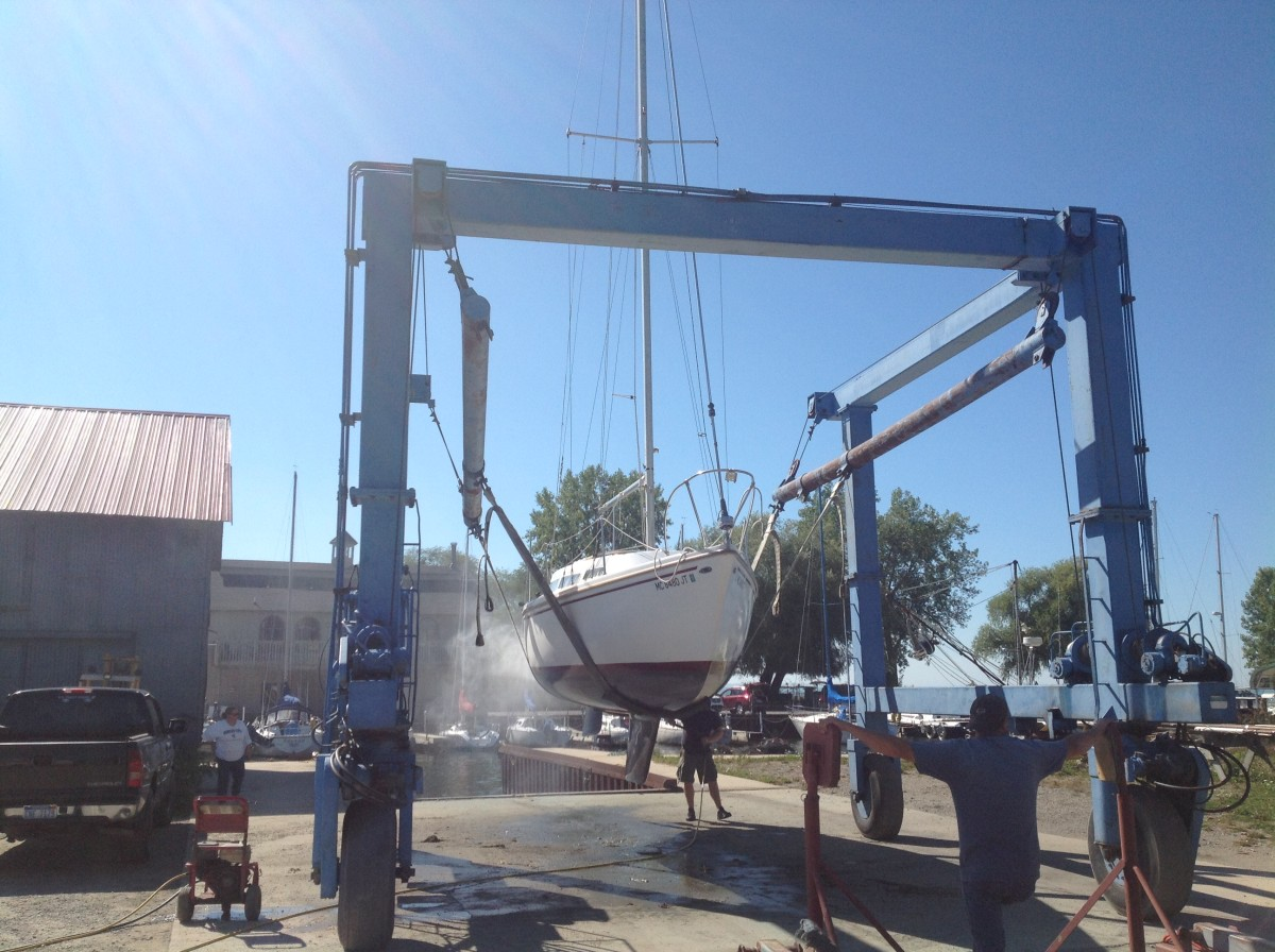 Hoisting a Catalina 27 out for winter