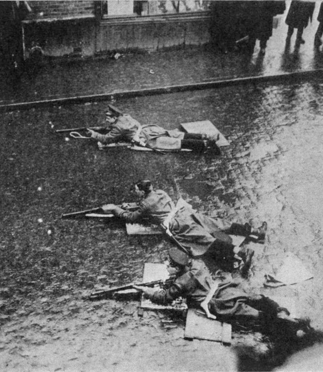 Army riflemen in position on Sidney Street.
