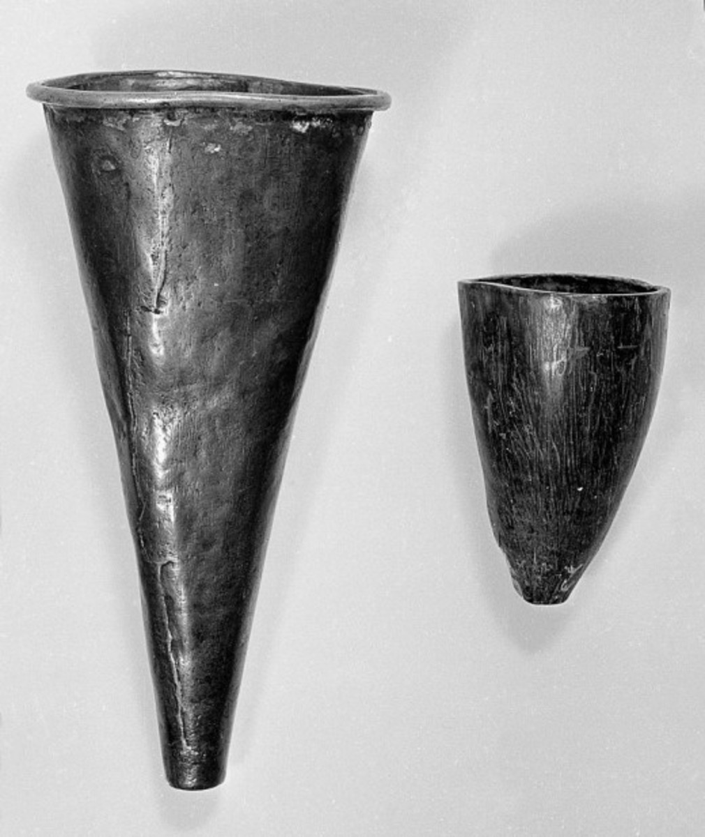 Indian cupping tools. The left made out of copper. The right from an animal horn.-