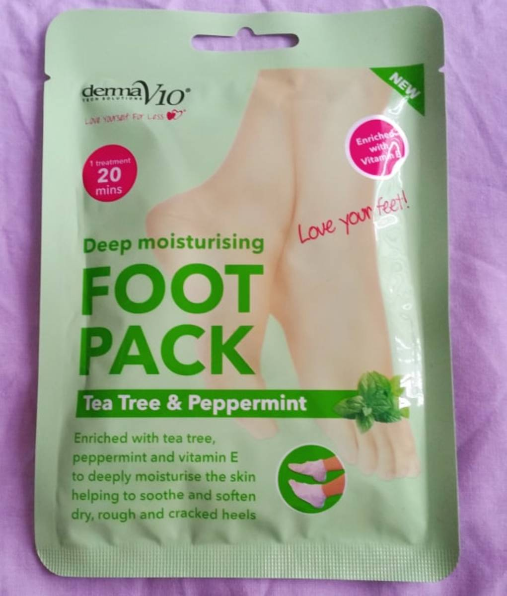 The outer packaging of the Derma V10 Tea Tree and Peppermint Deep Moisturising Foot Pack.